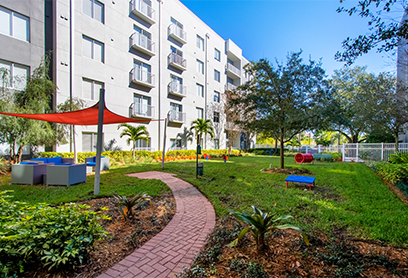 Bell Channelside apartments courtyard with seating and pet park